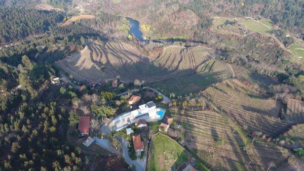 Vista sobre as vinhas e sobre o Rio Tâmega