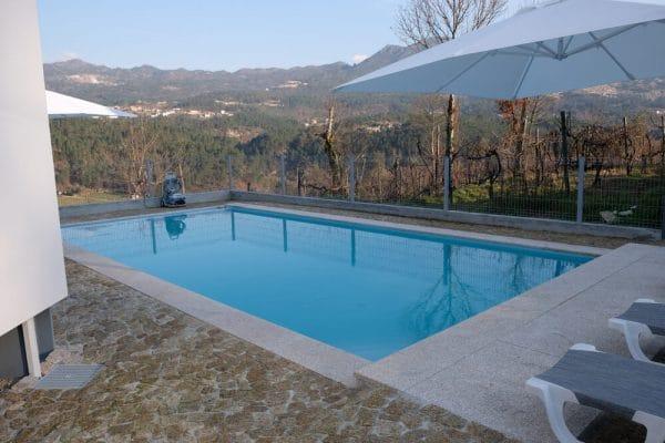 A piscina de 4,5m x 9m e 1.5m de profundidade, aquecida com painéis solares