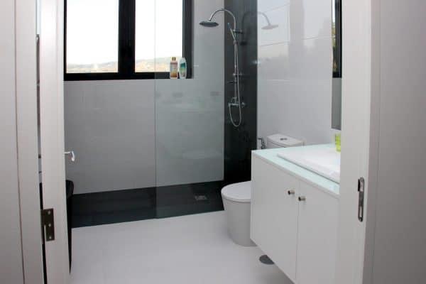 Uma das casas de banho com espaçoso chuveiro